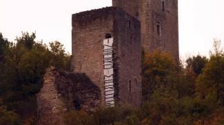Lo striscione comparso alle 7,40 sulla torre di Visso