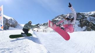 Divertimento sulla neve con gli snowboard