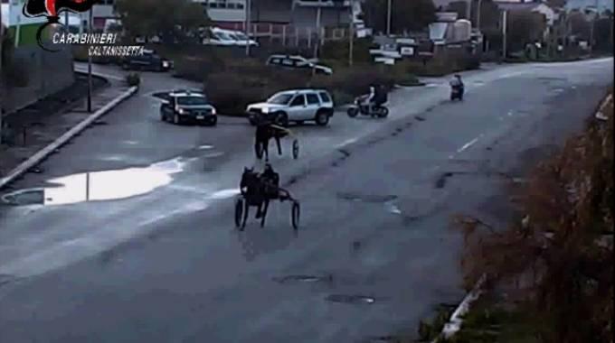 Un frame del video dell'operazione di Caltanissetta
