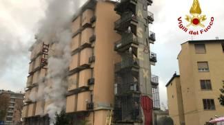 L'incendio all'ex hotel (foto Vigili del fuoco)