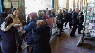 La gente in coda per acquistare i biglietti per Jovanotti (Zeppilli)