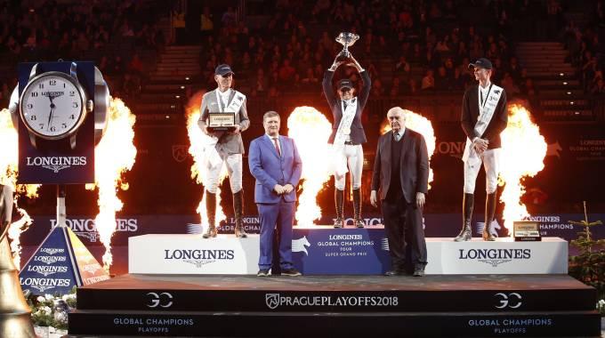 Edwina Tops-Alexander raises the Trophy... (ph. Stefano Grasso/LGCT)