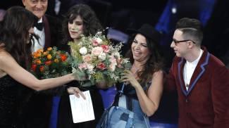 Federica Carta e Shade con Cristina D'Avena sul palco (Ansa)