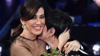 Virginia Raffaele abbraccia Arisa (Ansa)