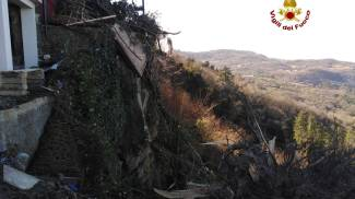 Albero caduto a sulla cinta muraria in piazza Bellavista a Castel del Piano
