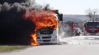 Tir divorato da un incendio a Fano, i pompieri sul posto