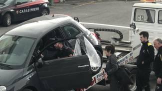 I carabinieri durante il sopralluogo sull'auto presa a noleggio
