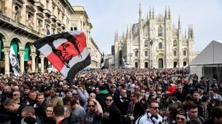 I tifosi dell'Eintracht invadono Piazza Duomo a Milano (LaPresse)