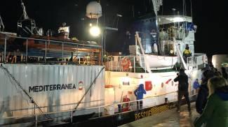 È giunta nel molo del porto di Lampedusa la Mare Jonio con i 48 migranti (Ansa)