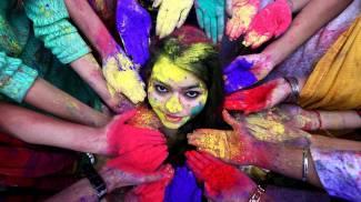 Festa dei colori in India (Ansa)
