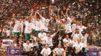 La festa alla fine di uno dei campionati vinti dall'ex Montepaschi (Lazzeroni)