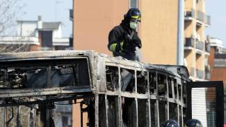 I vigili del fuoco esaminano il rottame del bus