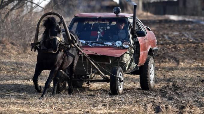 Alexei Usikov e la sua horse mobile, photo Sergei GAPON / AFP