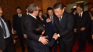 Il presidente Xi Jinping stringe la mano al puparo Antonio Tancredi Cadili (Ansa)