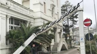 L'insegna del Gran Hotel di Riccione piegata dal vento (foto Concolino)