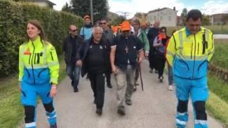 Il nuovo vescovo in cammino (a destra, con il bastone)
