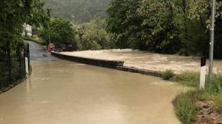 A Cagli è esondato il fiume Candigliano allagando molte vie del centro cittadino