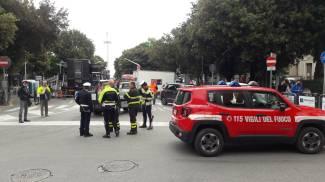 Mezzi di polizia e vigili del fuoco in largo Aldo Moro