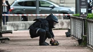 Un artificiere sul luogo dell'attentato a Lione (Lapresse)