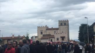 Caos in via delle badie per la lunga fila di rumeni in attesa di votare