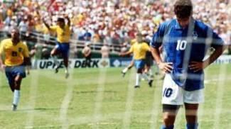 La delusione di Roberto Baggio dopo il rigore sbagliato ai Mondiali del '94