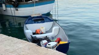 Un barchino con una decina di migranti giunto in posto a Lampedusa (Ansa)