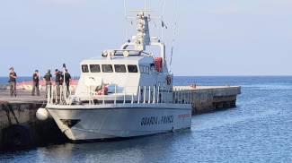 La motovedetta della Guardia di Finanza che accompagna Rackete da Lampedusa ad Agrigento