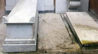 Le due tombe nel cimitero teutonico (Ansa)