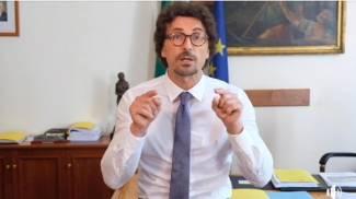 Un frame della diretta Facebook del ministro Toninelli (Ansa)