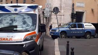 Gli artificieri davanti alla sede del Pd a Roma (Ansa)