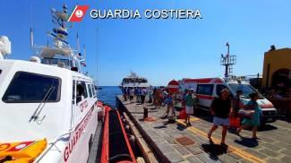 Motovedetta della Guardia Costiera ha scortato nel porto i passeggeri del traghetto (Ansa)