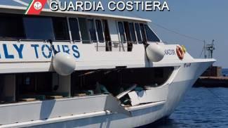 Eolie, vaporetto danneggiato nello scontro contro uno yacht (Dire)