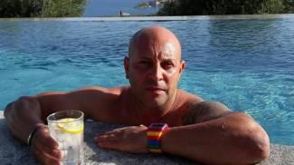 Nicola Dallori in un momento di relax in piscina. Era molto conosciuto e apprezzato