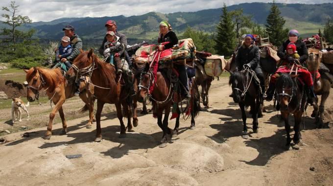 Pastori kazaki sui monti dello Xinjiang, verso i pascoli estivi photo Xinhua/Ye Erjiang