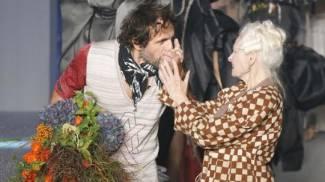 Andreas Kronthaler, baciamano in passerella a Vivienne Westwood