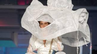 Bella Hadid, sposa in passerella per Vivienne Westwood (Lapresse)