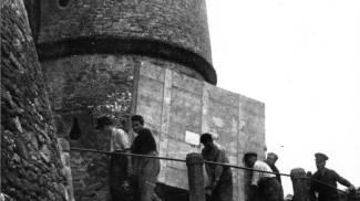 Foto d'epoca, lo spostamento di alcuni dipinti nella Rocca di Sassocorvaro
