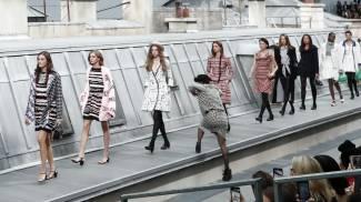 La comica Marie Benoliel s'infiltra tra le modelle alla sfilata Chanel (Ansa)
