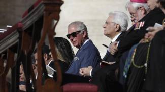 Il principe Carlo accanto al presidente Mattarella in piazza San Pietro (Ansa)