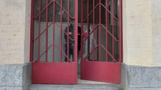 Un carabiniere all'interno della scuola (Newpress)