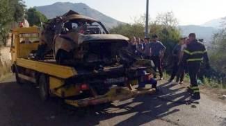 Incidente nel Palermitano: l'auto che si è schiantata e incendiata (Ansa)