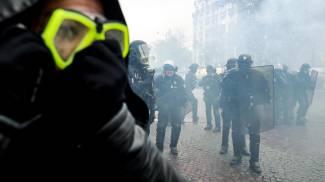 Lacrimogeni per disperdere i gilet gialli che festeggiano un anno di manifestazioni (Ansa)