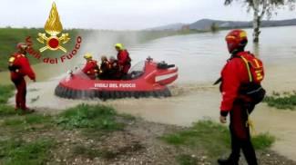 I vigili del fuoco con l'hovercraft