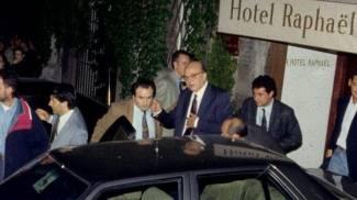Craxi lascia l'hotel Raphael mentre la folla lo fischia e gli lancia monetine