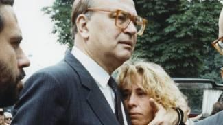 Craxi abbraccia la figlia Stefania