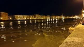 Arno, l'ondata di piena a Pisa nella notte (Ansa)