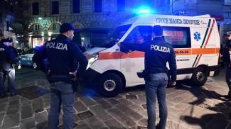 Ambulanza nel centro storico di Genova, dove una bambina è precipitata dal balcone (Ansa)
