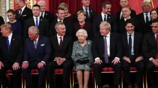 La regina posa con tutti i partecipanti del Summit Nato, a Buckingham Palace (Ansa)