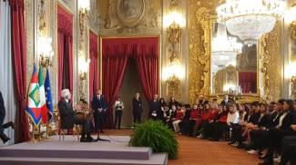 Il presidente Mattarella con alcuni studenti ospiti al Quirinale (Dire)