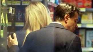Il premier Conte e Olivia Paladino mentre fanno la spesa